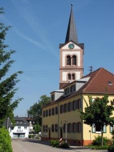 Blick- Ber-das-Rathaus-zur-Kirche-1-IMG 6110-225x300 in Sandweier