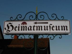 Heimatmuseumsschild-linker-Pfeil IMG 7825-300x225 in Heimatverein
