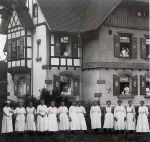 Hebammenschule-Donaueschingen-Anna-Findling-1921-300x283 in Zur Geschichte der Hebammen in Sandweier