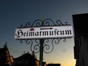 Heimatmuseumsschild-rechter-Pfeil IMG 7823-300x225 in So finden sie das Heimatmuseum