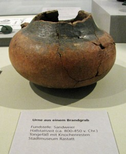 Urne-aus-Sandweier-Hallstattzeit-800-450-v-Chr- IMG 1473-800-246x300 in