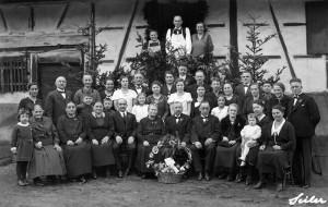 Goldene-Hochzeit-bei-Fam-Pfl Ger-Jahreszahl-um-1920-800-300x190 in Alte Fotos aus der Schule
