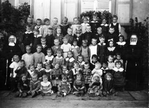 Kindergarten-1921-IV-mit-Schwestern-in-Sandweier-800-300x218 in Alte Fotos aus der Schule
