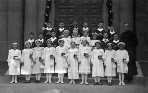 Kommunion-1-Gr-800-300x188 in Alte Fotos vom kirchlichen Leben