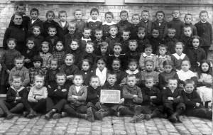 Kriegsjahr-1917-Klasse-in-Sandweier-800-300x190 in Alte Fotos aus der Schule