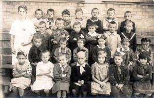 Sandweier-Schulklasse-mit-Lehrerin-800-300x192 in Alte Fotos aus der Schule