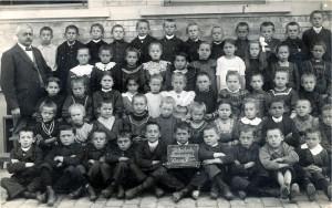 Sandweier-Volksschule-Klasse-III-1913-800-300x188 in