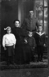 Soldat-mit-Familie-1914-18-Gr-800-192x300 in