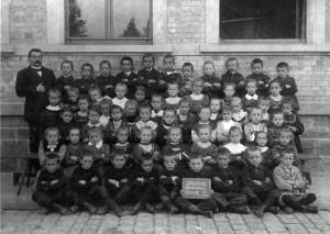 Volkschule-Klasse-II-1913-Sandweier-800-300x213 in