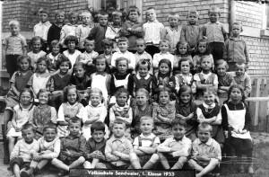 Volksschule-1-Klasse-1933-Gr-800-300x197 in Alte Fotos aus der Schule