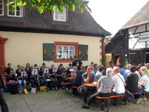 Hock-2015-Jugendgruppe-des-Musikverein-spielt-auf-300x225 in