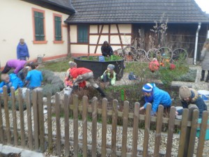 Kinder-der-Grundschule-beim-Fr Hjahrsputz-300x225 in Heimatmuseum