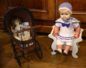 Puppen-im-Wagen-und-mit-Strickkleid-300x240 in Ausstellungen der Strickliesel-Gruppe