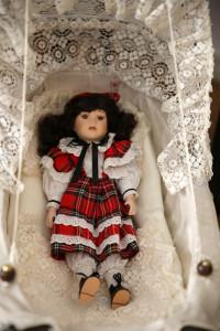 Puppe-im-roten-Kleid-Ausstellung-2016-200x300 in